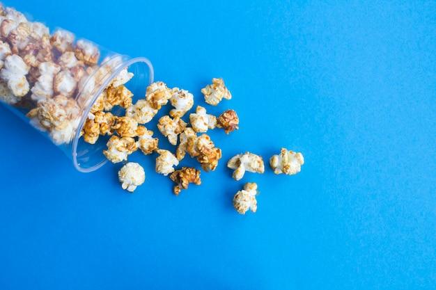 Karamellpopcorn im plastikbecher