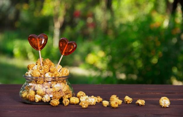 Karamellpopcorn und süßigkeiten in herzform