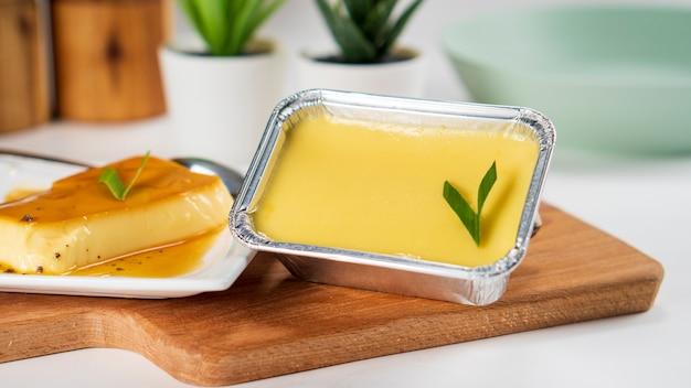 Karamellpudding auf einem holzbrett serviert