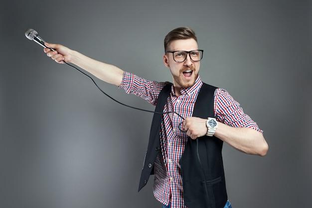 Karaoke-mann singt das lied ins mikrofon, sänger