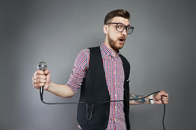 Karaoke-mann singt das lied ins mikrofon