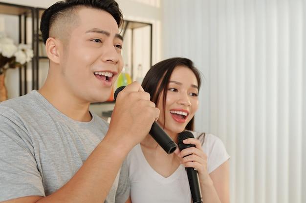 Karaoke-nacht zu hause