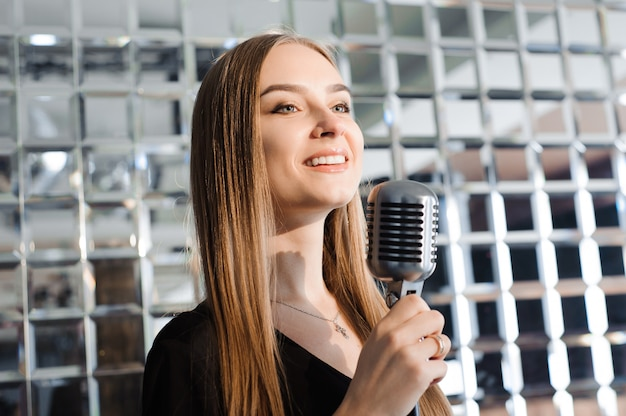 Karaoke-party. schönheitsmädchen mit einem mikrofon singend.