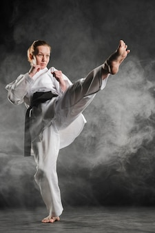 Karate frau in aktion vollschuss