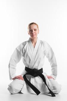 Karate frau sitzt vorderansicht