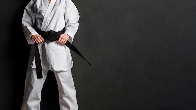 Karate-kämpfer im einheitlichen kopierraum