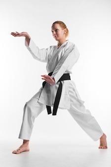 Karate-kämpferin, die vollen schuss aufwirft