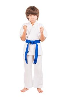 Karate. karate-uniform des kleinen jungen isoliert auf weiß
