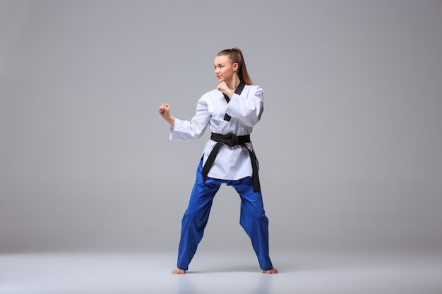 Karate-mädchen mit schwarzem gürtel