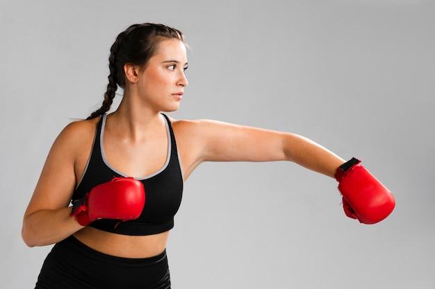 Karate-punsch mit boxhandschuhen