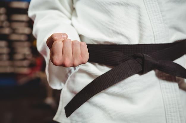 Karate-spieler, der karate-haltung ausführt