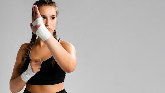 Karatebewegung mit kopienraumhintergrund