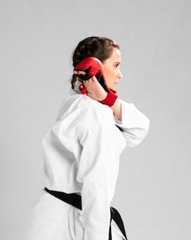 Karatefrau in der aktion lokalisiert im weißen hintergrund