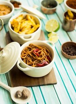 Kardamom und pasta in der nähe von gerichten und gewürzen