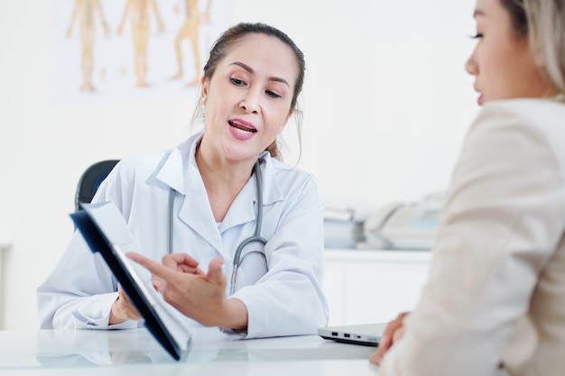 Kardiologe erklärt dem patienten das kardiogramm