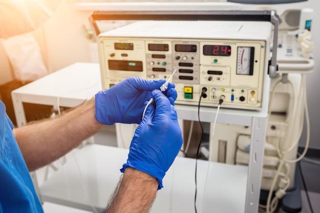Kardiologe mit röhrchen zur hochfrequenzkatheterablation