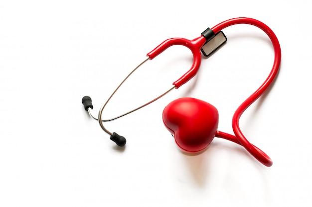 Kardiologische diagnose, behandlung und vorbeugung von herzinfarkt. rotes stethoskop a
