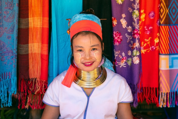 Karen-frau mit langem hals in bergstammdörfern, provinz chiang rai, thailand.