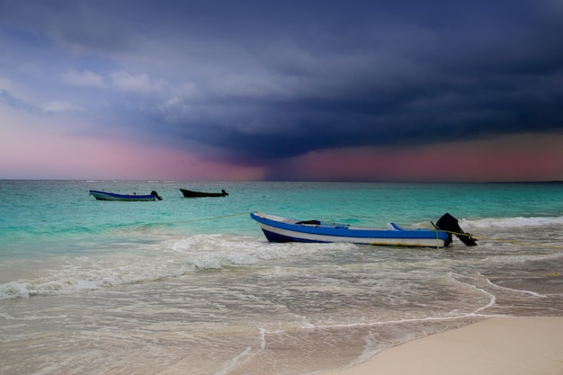 Karibik vor tropischem sturmhurrikan-strandboot