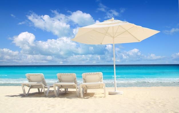 Karibische strandschirm sonnenschirm weiße hängematten