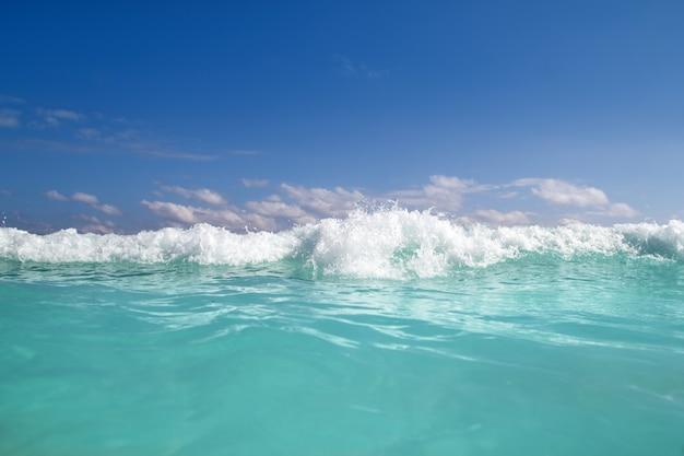 Karibischer meerwasserschaum der blauen türkiswelle