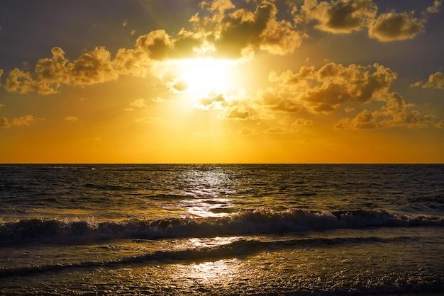 Karibischer strandsonnenaufgang in costa maya