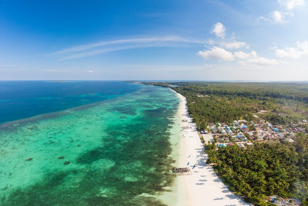 Karibisches meer des tropischen strandes der luftaufnahme. indonesien molukken-archipel, kei islands