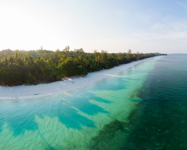 Karibisches meer des tropischen strandinselriffs der luftaufnahme. indonesien-molukken-archipel, kei islands, banda sea. top reiseziel, bestes tauchen, schnorcheln, atemberaubendes panorama.