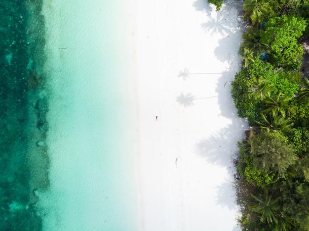 Karibisches meer des tropischen strandinselriffs der vogelperspektive bei pasir panjang, kei islands, indonesien molukkenarchipel