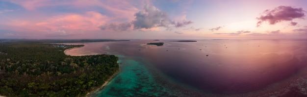 Karibisches meer des tropischen strandinselriffs der vogelperspektive bei sonnenuntergang.