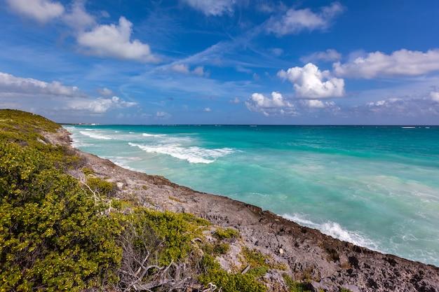 Karibisches meer, felsiges ufer der rivera maya