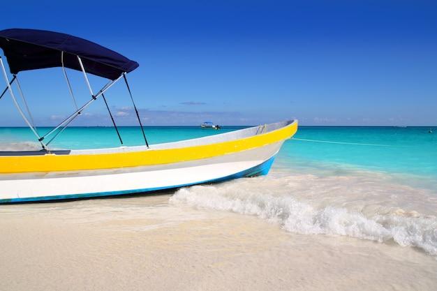 Karibisches türkismeer des tropischen strandes des bootes