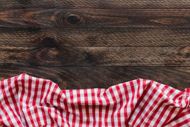 Karierte serviette auf dem tisch