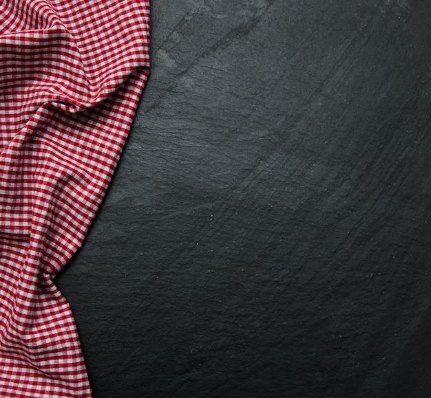 Karierte serviette auf einem schwarzen hintergrund