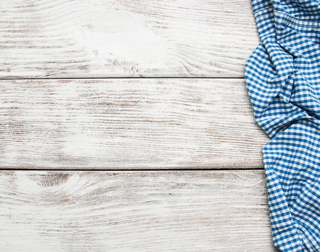 Karierte serviette auf einer holzoberfläche