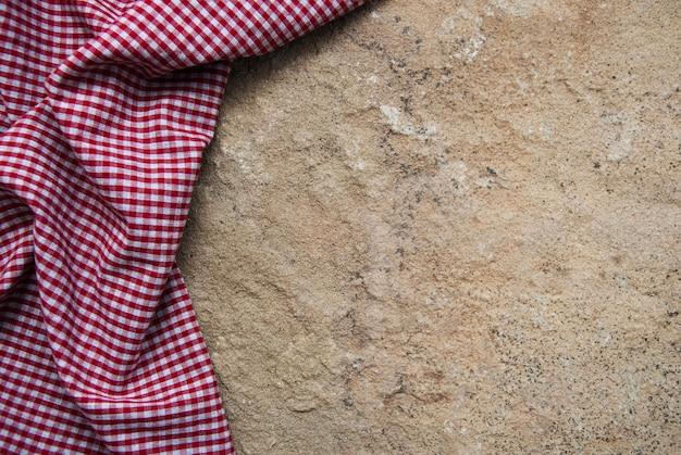 Karierte serviette auf einer steinoberfläche