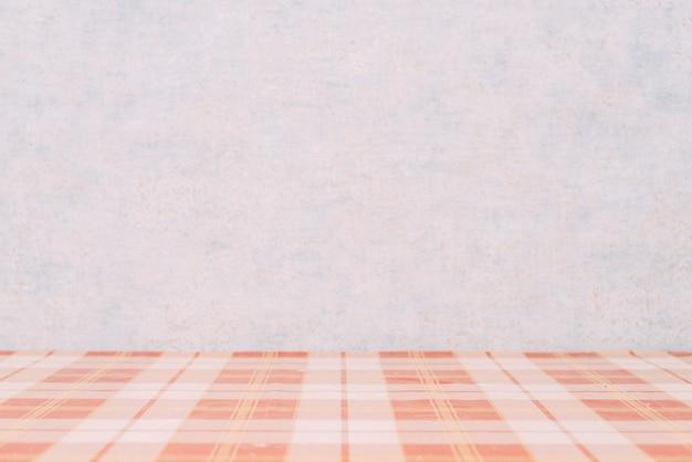 Karierte tischplatte in der nähe der wand