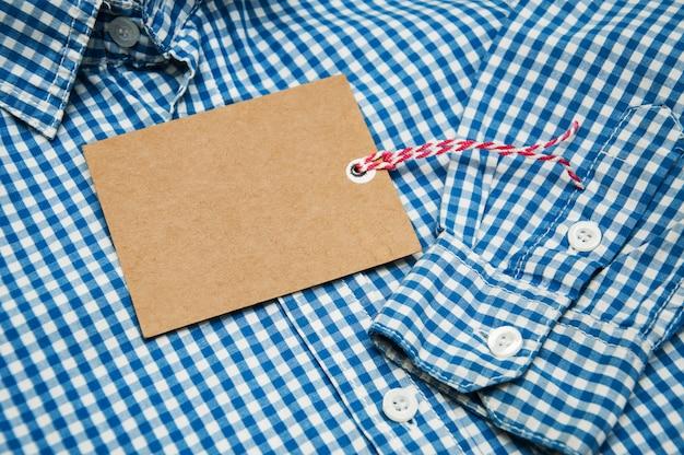 Kariertes hemd mit anhänger