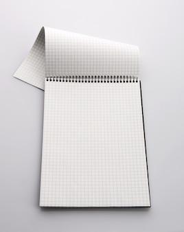 Kariertes notizbuch aus papier