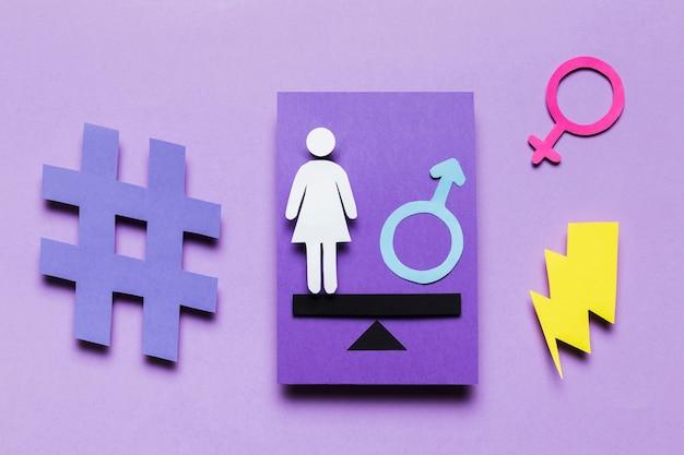 Karikaturfrau mit weiblichem zeichen- und energiedonner