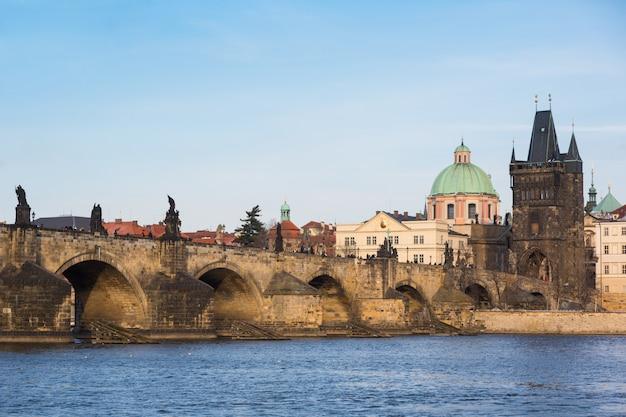 Karlsbrücke in prag an einem sonnigen tag