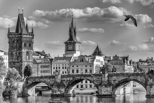 Karlsbrücke in prag, schwarzweiss-postkartenart. Premium Fotos