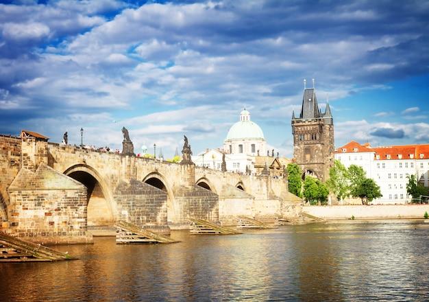 Karlsbrücke über das wasser der moldau, prag, tschechien, getönt