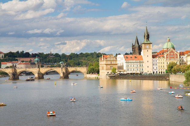 Karlsbrücke über die moldau am sommertag, prag, chech republic