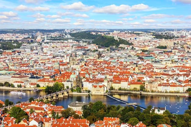 Karlsbrücke über die moldau und die prager altstadt sehenswürdigkeiten, schöne aussicht. Premium Fotos
