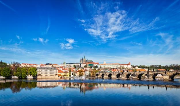 Karlsbrücke über die moldau und die prager burg gradchany a