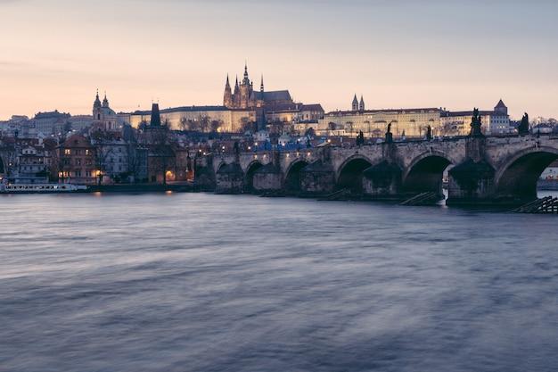 Karlsbrücke und schloss in prag in der abenddämmerung