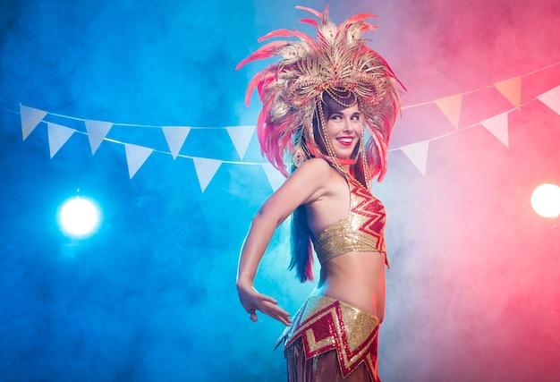 Karneval, bauchtanz und urlaubskonzept - schöne sambatänzerin mit goldkostüm und