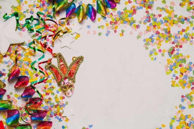Karneval maske mit konfetti und serpentin