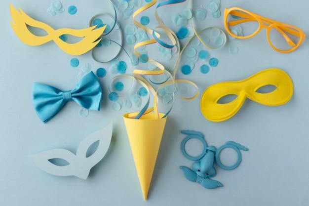 Karneval niedliche maske und partyhut mit konfetti